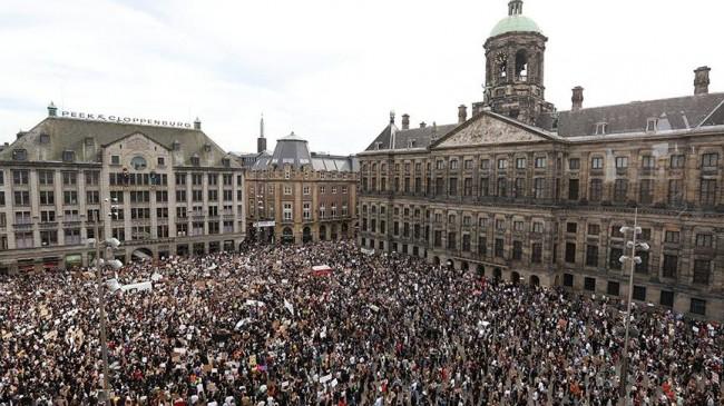 Amsterdam'da binlerce insan polis şiddetini protesto etti